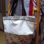 シンプルなバッグをおしゃれに