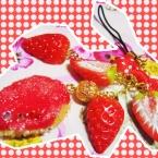 ・ω・ジャム乗せラスクと苺のづくしのストラップ