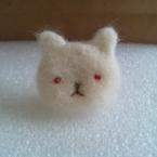 赤い目の猫ブローチ