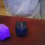 八角形でおり紙を折って紙風船を作ります。