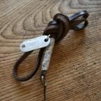 無造作に結ぶのがかわいい・・革紐の携帯ストラップ