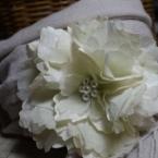 布花のコサージュ