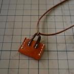 レザーのミニバッグネックレス