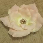 造花の花びらで作るコサージュ
