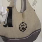 イニシャル刺繍とリボンブローチのバック