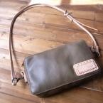 カメラと財布、携帯などを入れられる小さめのバッグ