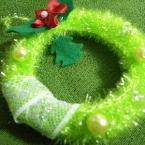 毛糸で編むプチクリスマスリース