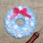 毛糸でラグフッキング*水色のリース