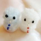 男の子と女の子の小さな雪だるまオブジェ