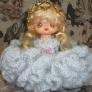かぎ編みで人形のドレス