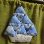 三角の布でできるクリスマスツリー