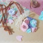 フェルトで作る花飾りのアンティーク風ペンダント