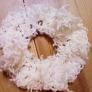 白いループカールの毛糸のシュシュ