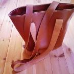 革のシンプルトートバッグ