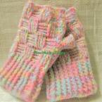 100均モヘア糸でバスケット編みの虹色ハーフミット