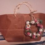 プレゼントに花を添えるミニリース