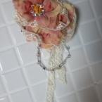 重ねた花のコサージュ