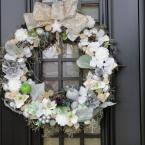玄関を彩るクリスマスリース