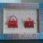 ミニチュアの赤いバッグ