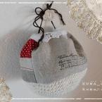 細編みとパッチワークのころころ巾着(編み図あり)