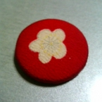 赤い縮緬の布で、くるみボタン