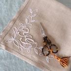 白糸刺繍のハンカチ