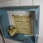 木枠のアンティークな飾り棚