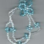 青いビーズの花のアクセサリー