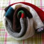 半端な毛糸を集めて編んだマフラー。