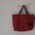 赤いバッグ。