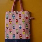 小さい女の子へ、バッグを。