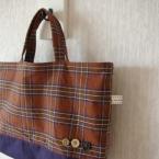 茶色のバッグ。