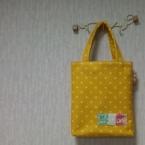 黄色いフエルトでバッグを。