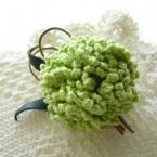 編みカーネーションのコサージュ