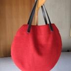 赤いウールの丸型バッグ