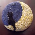 月とネコのブローチ