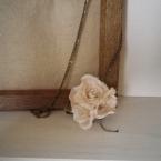 アンティーク風の布花のネックレス
