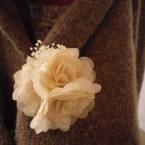 布花とカスミ草のアンティーク風ブローチ