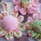 花のピンクッション、ヒモを付けて壁飾り