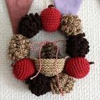 編み松ぼっくりのクリスマスリース