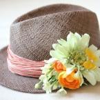 フラワーコサージュで帽子を華やかに